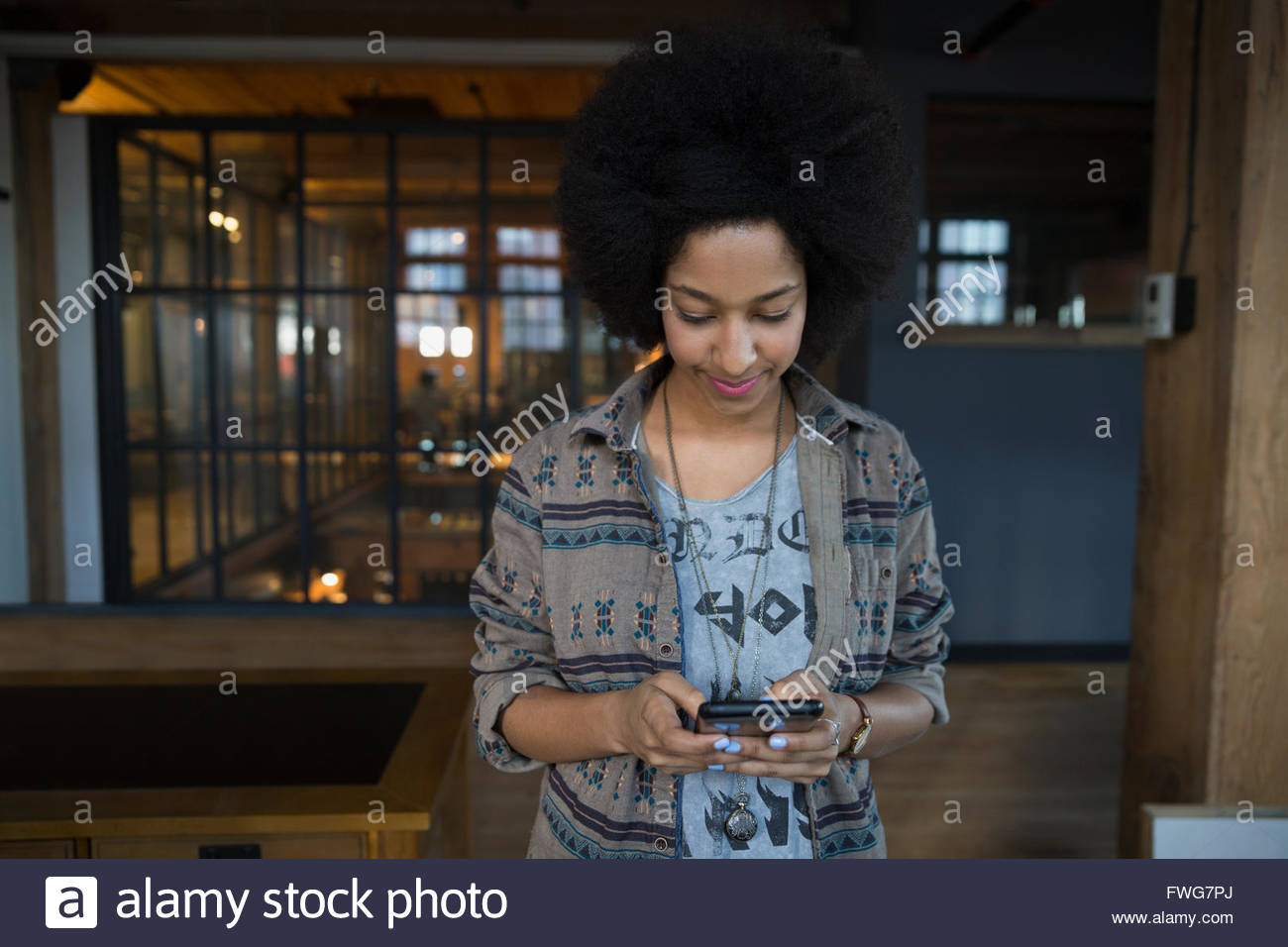 Woman texting in office - Stock Image