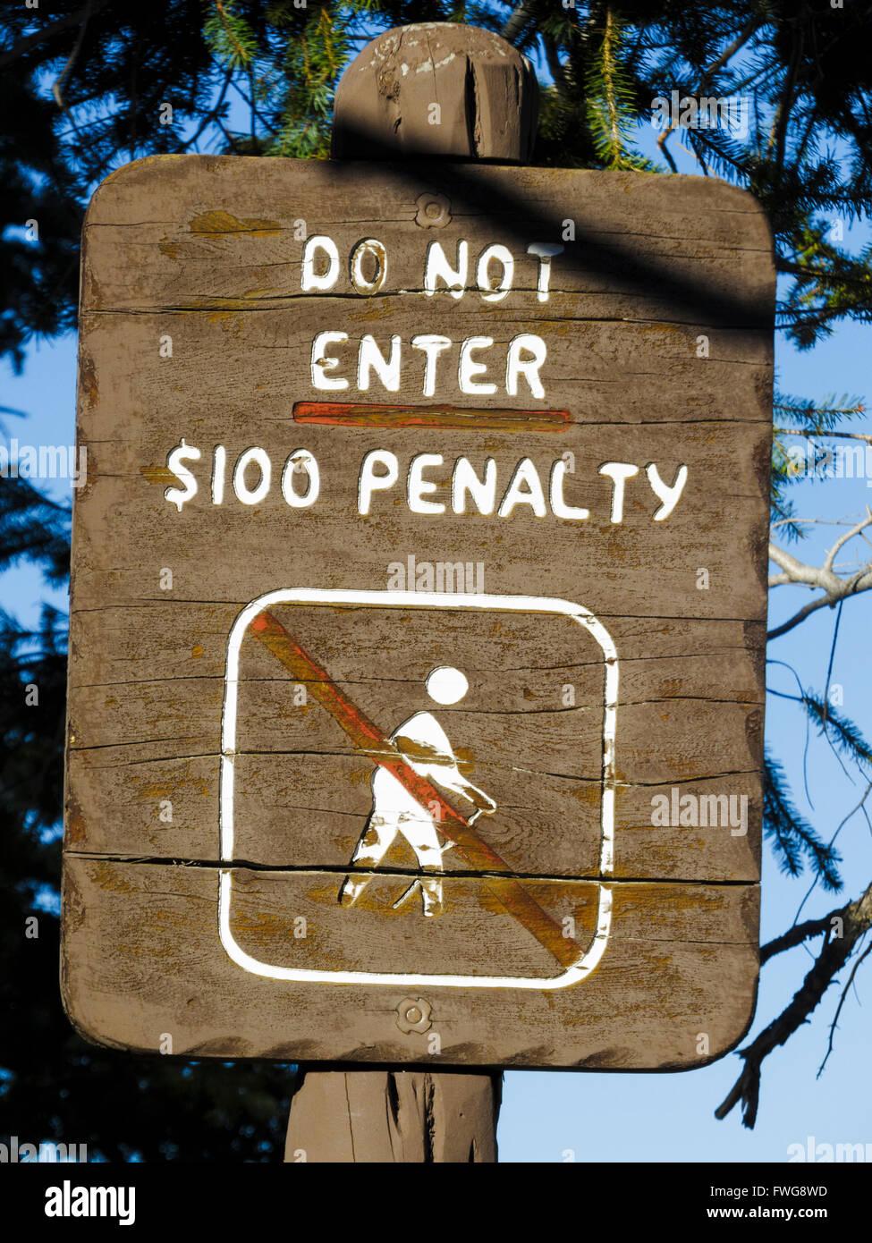 Sign 'Do Not Enter, $100 Penalty' at Bryce Canyon National Park, Utah, USA. - Stock Image