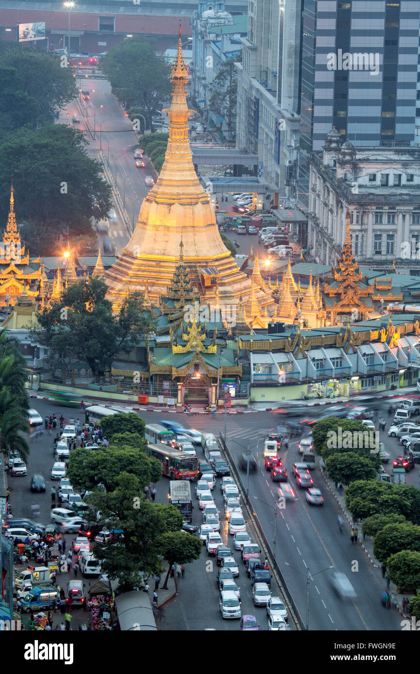 The Sule Paya pagoda in rushing traffic, downtown Yangon, Myanmar (Burma), Southeast Asia - Stock Image