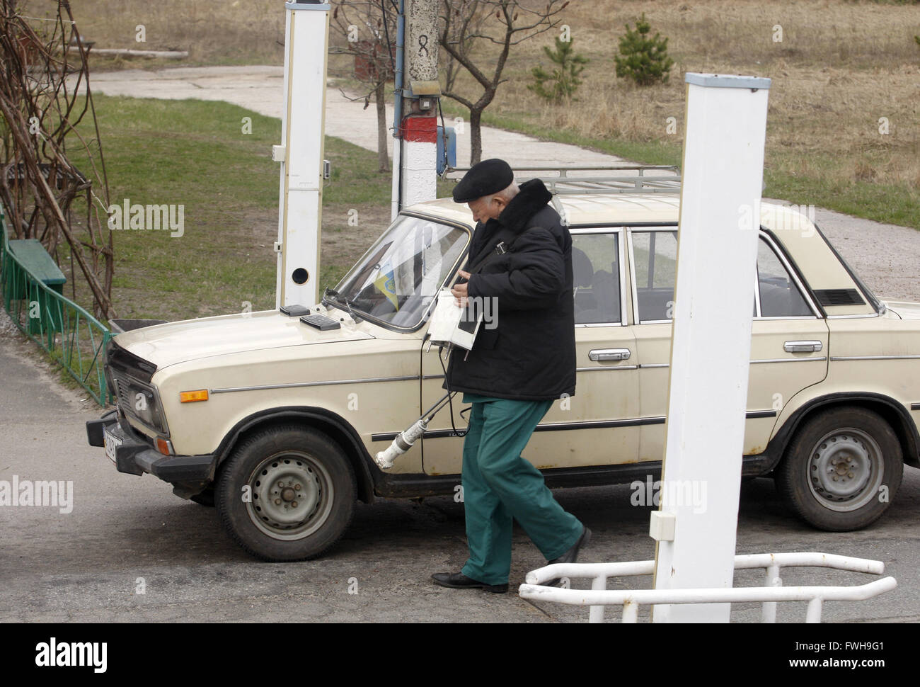 An employee checks car for radiation levels as they leave Chernobyl zone on April 21, 2015. 21st Apr, 2015. Ukrainians - Stock Image