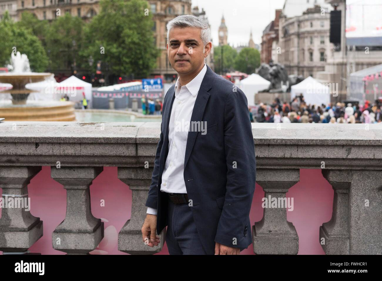 (160612) -- LONDON, June 12, 2016 (Xinhua) -- London Mayor Sadiq Khan poses for pictures as he participates in celebrations - Stock Image