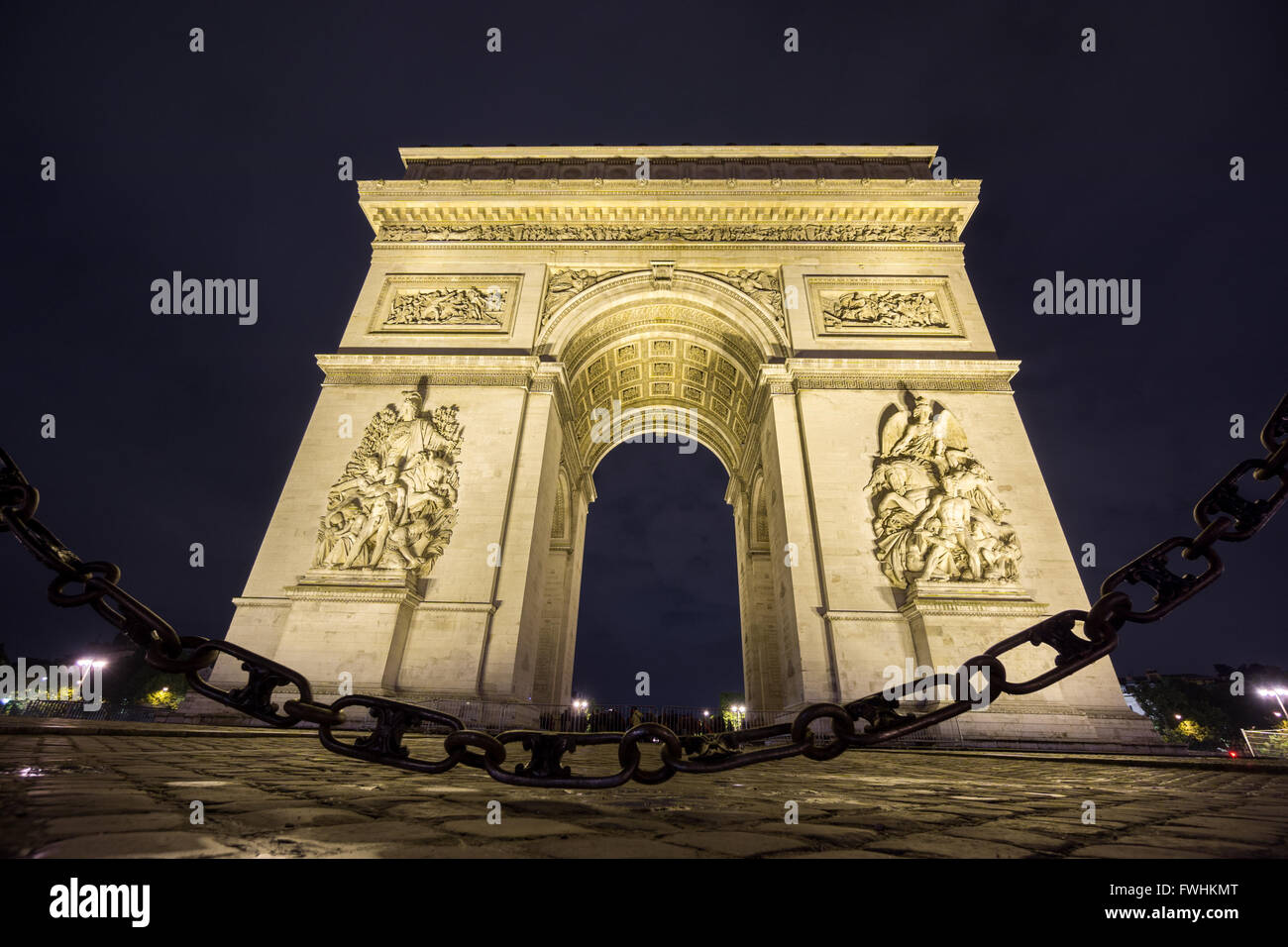Arc de Triomphe and chain at night - Stock Image