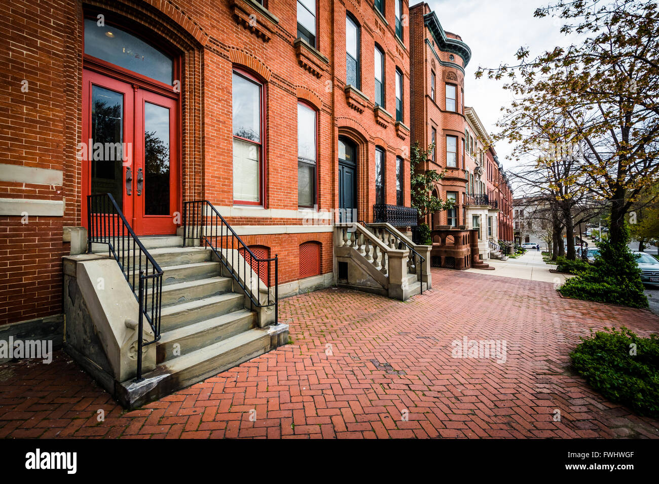 Brick sidewalk and row houses in Bolton Hill, Baltimore, Maryland. - Stock Image