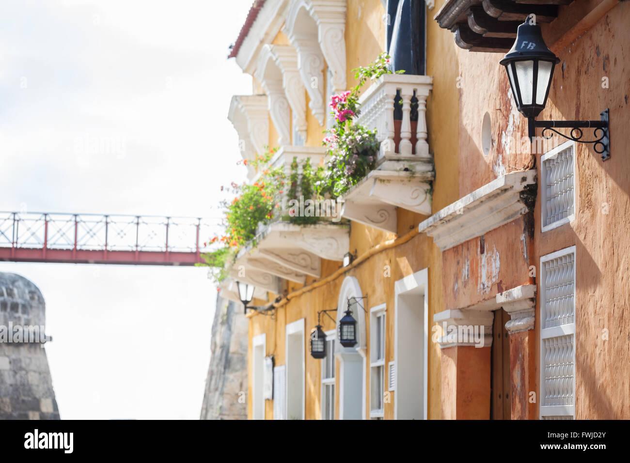 Facade of a house, bridge and wall in Cartagena de Indias - Stock Image