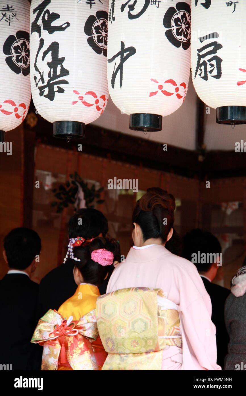 Guests at a Japanese Shinto wedding at Yasaka shrine in Kyoto, Japan - Stock Image