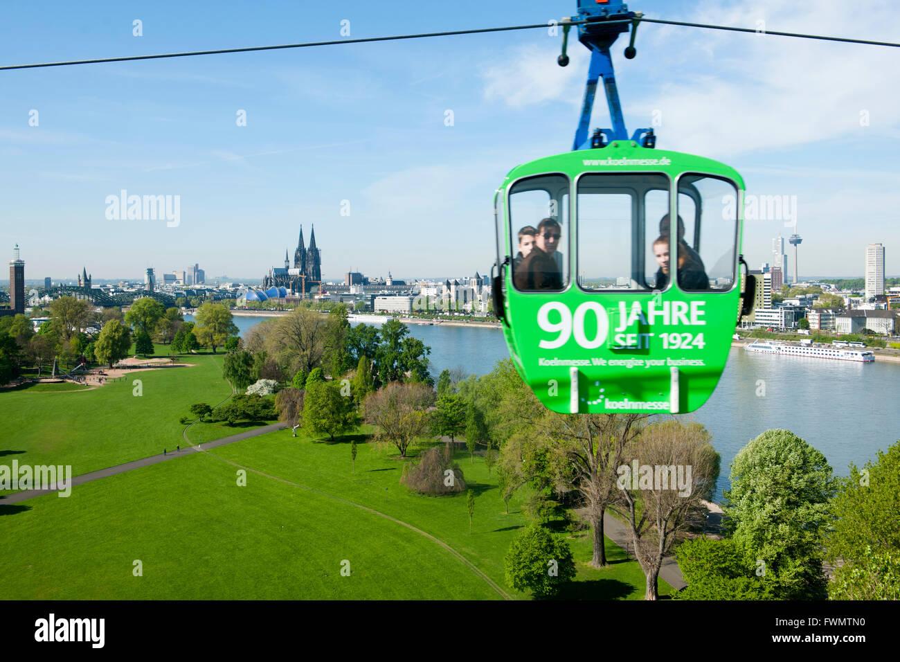 Köln, Deutz, Blick aus der Rheinseilbahn auf den Rheinpark und den Dom - Stock Image