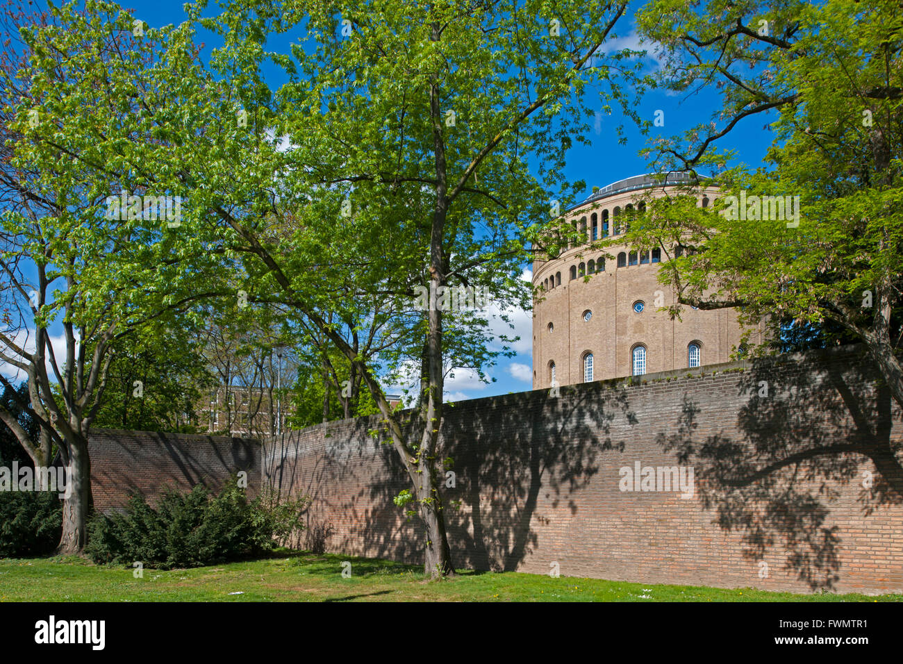 Köln, Altstadt-Süd, Cäcilienviertel (Griechenviertel), Blick über die 'Alte Mauer am Bach' - Stock Image