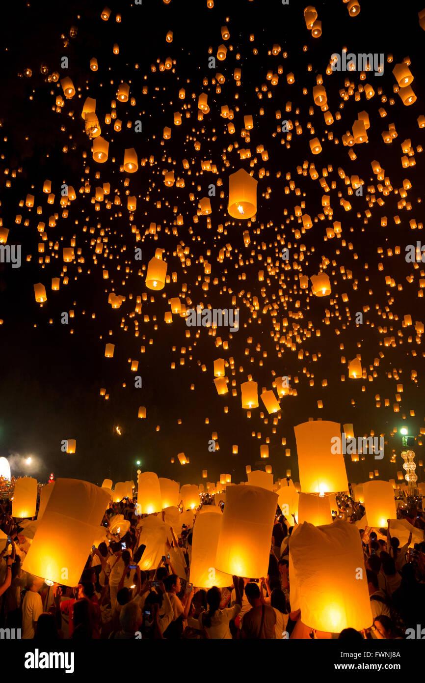 Flying Sky Lantern on Yeepeng festival, thai lanna tradition religion in Chiangmai thailand Stock Photo