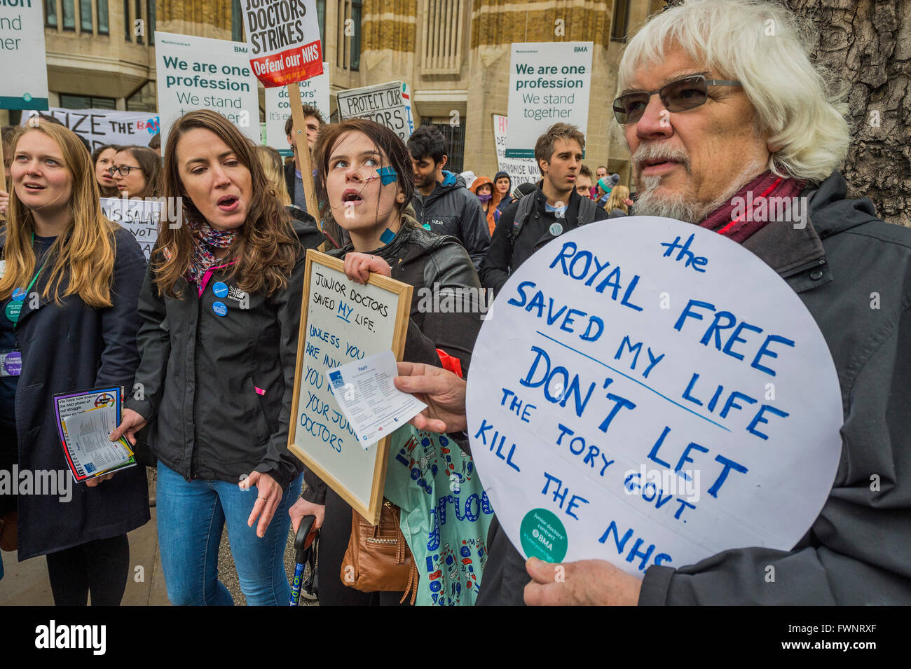 Whitehall, London, UK. 6th April, 2016. Patients show their support as nurses and doctors march on the department - Stock Image