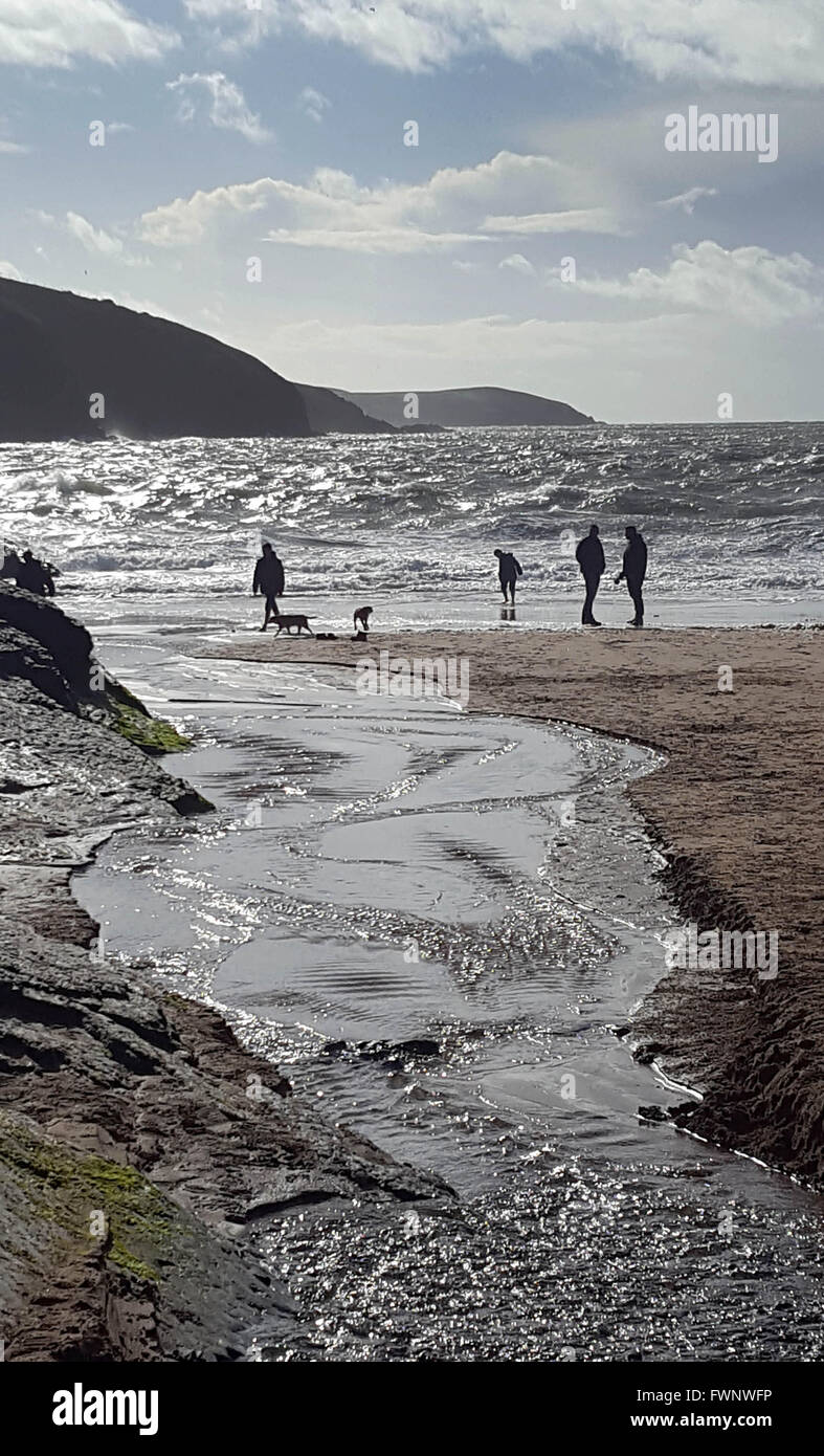 Mwnt Beach, Cardiganshire, West Wales, UK. 6th April, 2016. Weather Holiday makers watch the waves during the Easter - Stock Image