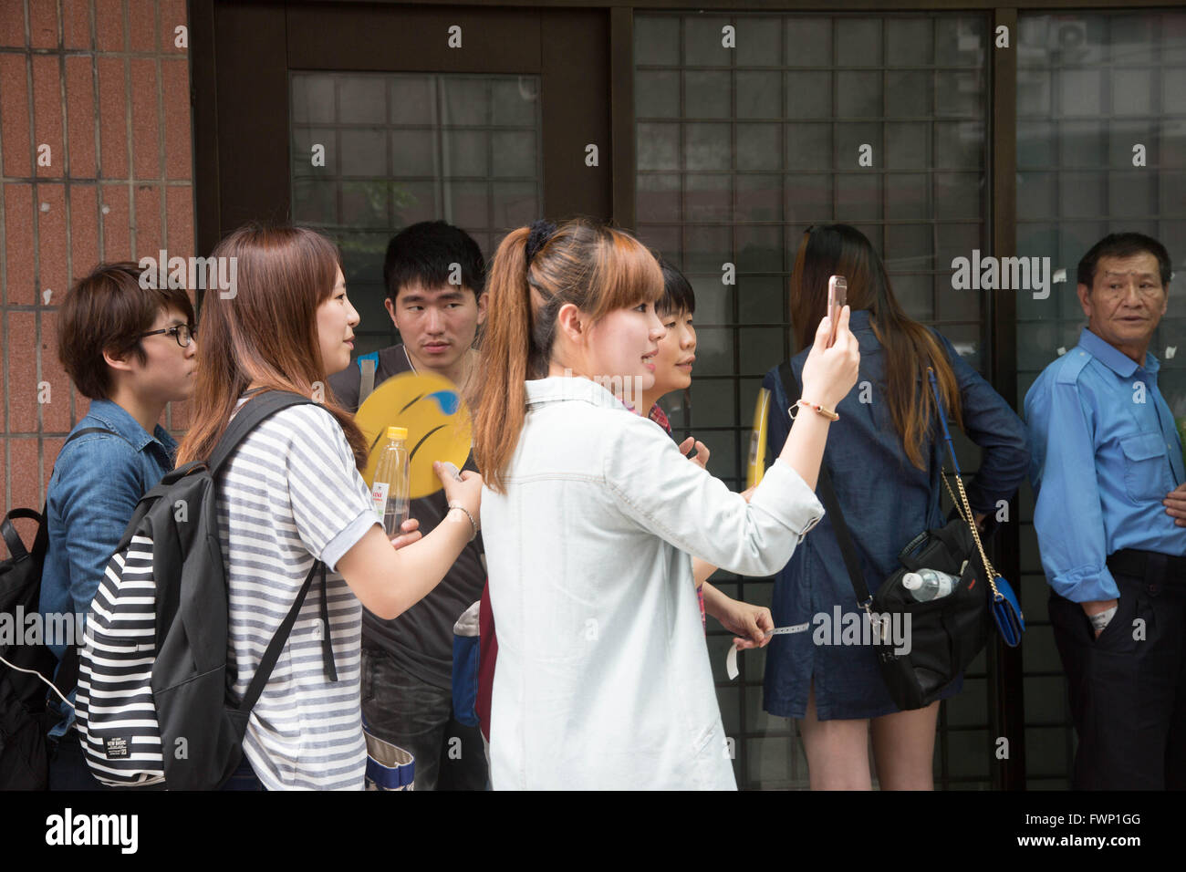 Taipei, Taipei, Taiwan. 7th Apr, 2016. A woman takes a selfie as she waits in line at a 4 hour pop-up event for - Stock Image
