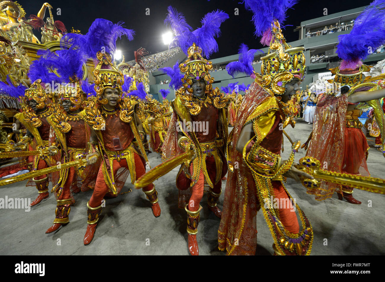 Samba dancers in costume as Roman soldiers, parade of the samba school Beija Flor de Nilópolis, Sambodromo, - Stock Image