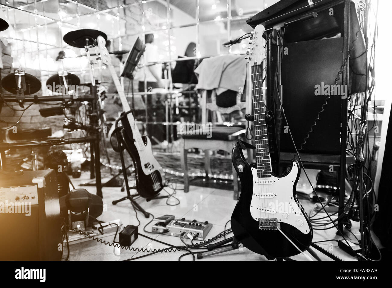 Setting up guitar audio processing effects and electric guitar - Stock Image