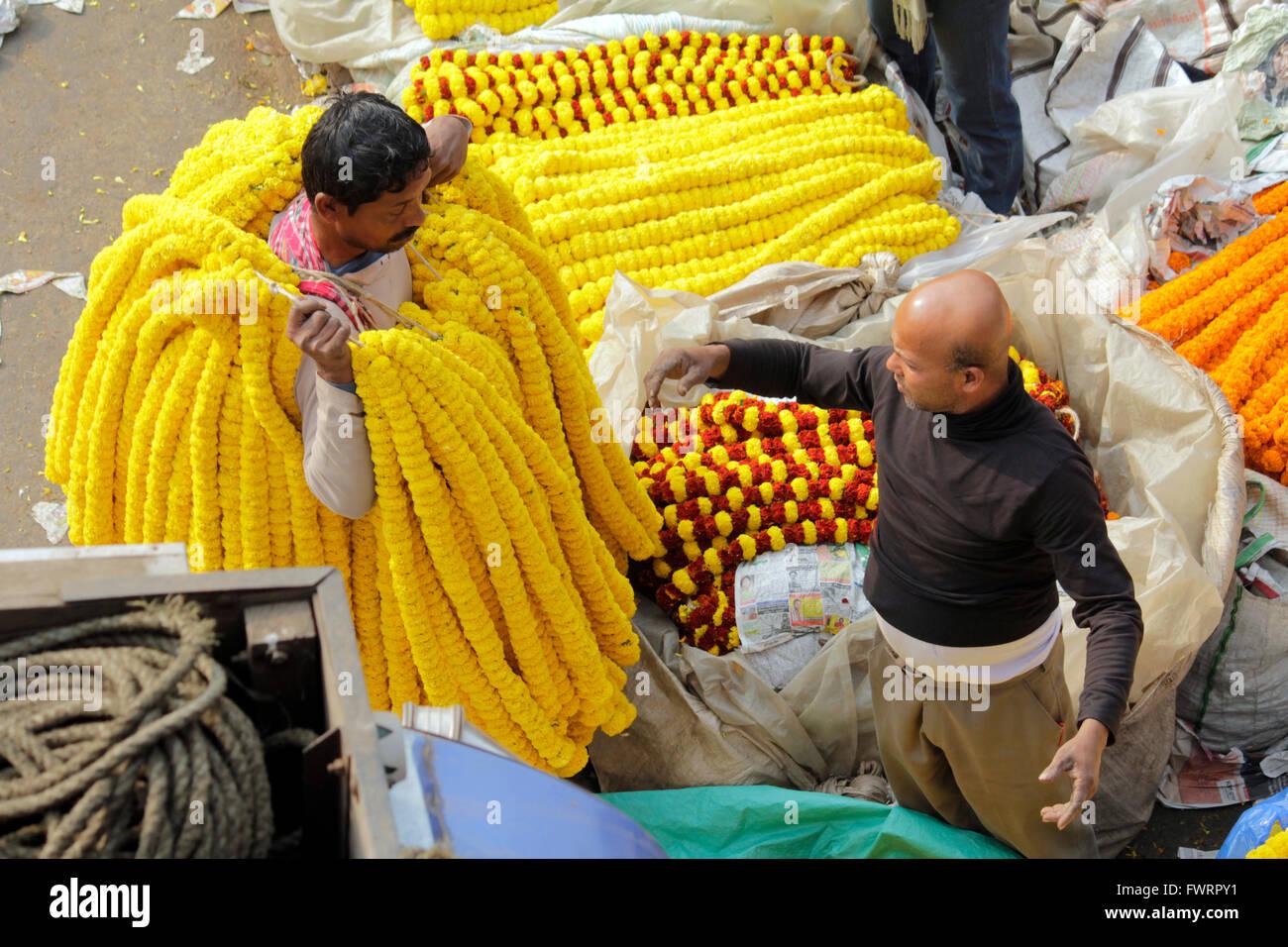 Flower market below howrah bridge kolkata - Stock Image