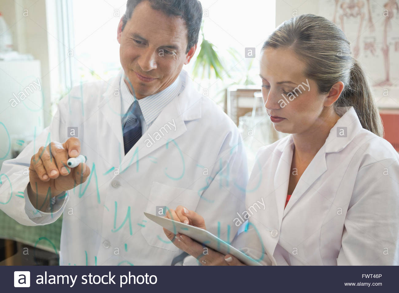 Male and female doctors working in laboratory - Stock Image