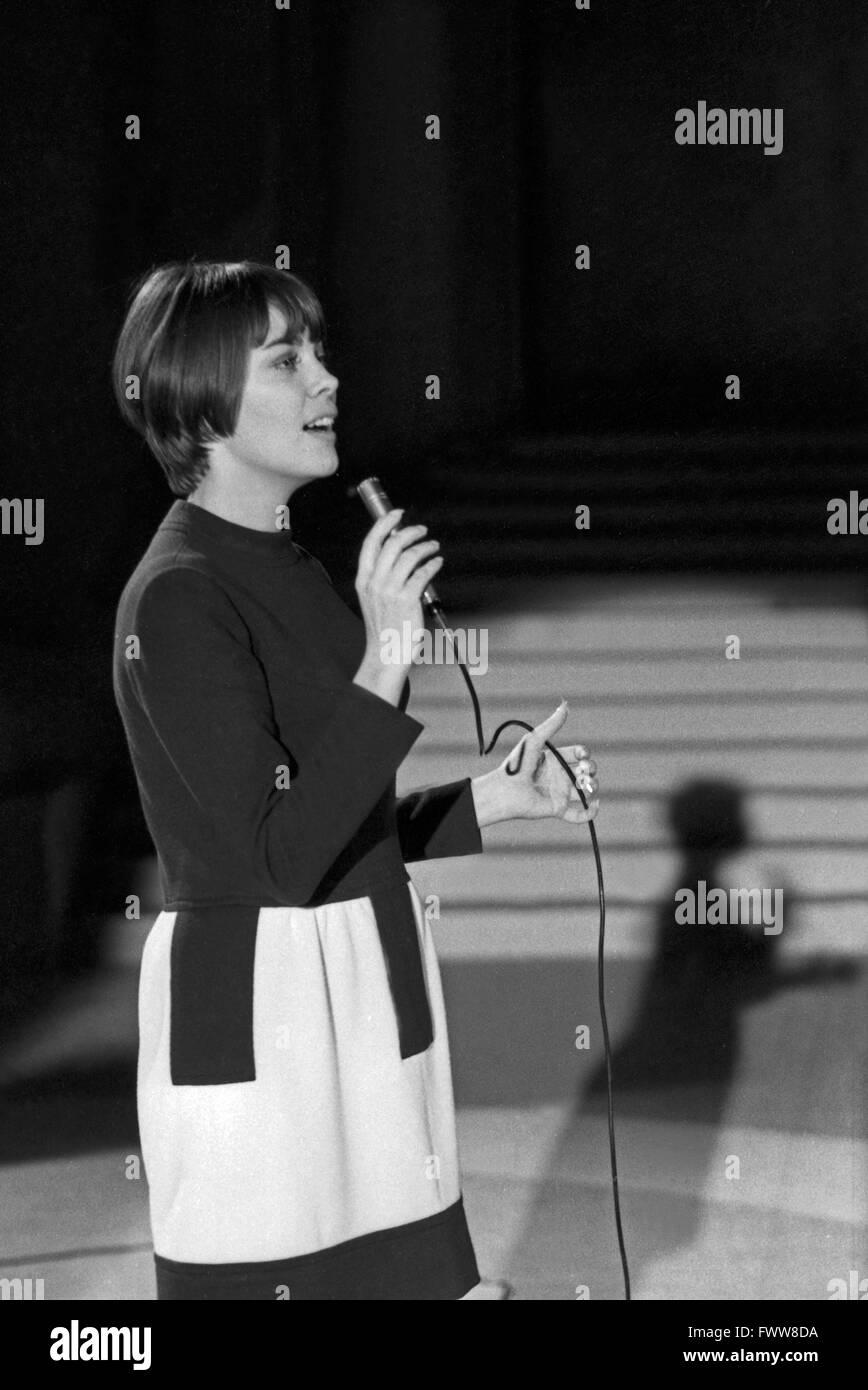 Französische Sängerin Mireille Mathieu, Deutschland 1960er Jahre. French singer Mireille Mathieu, Germany 1960s. Stock Photo