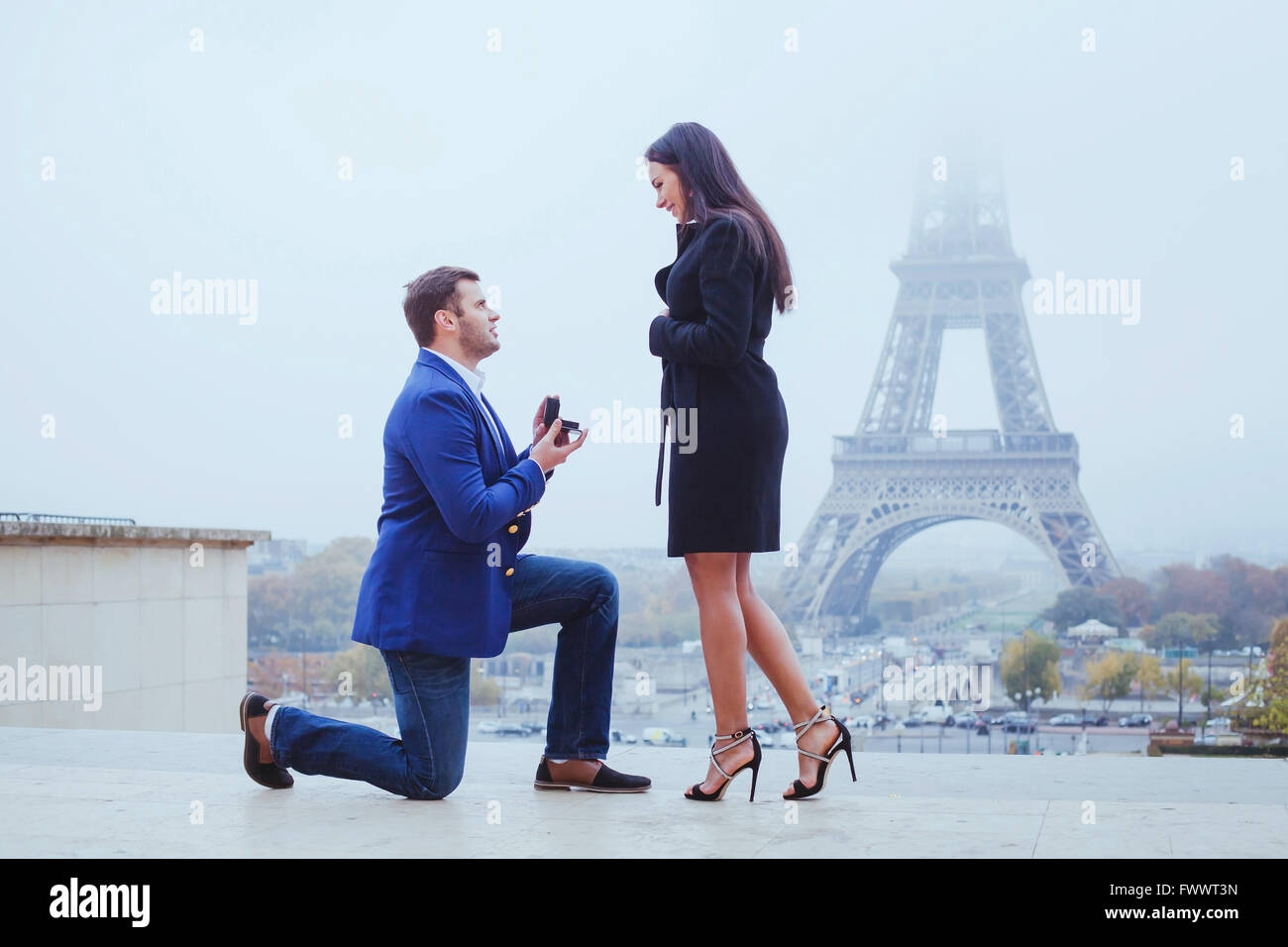 marry me, proposal in Paris near Eiffel Tower - Stock Image