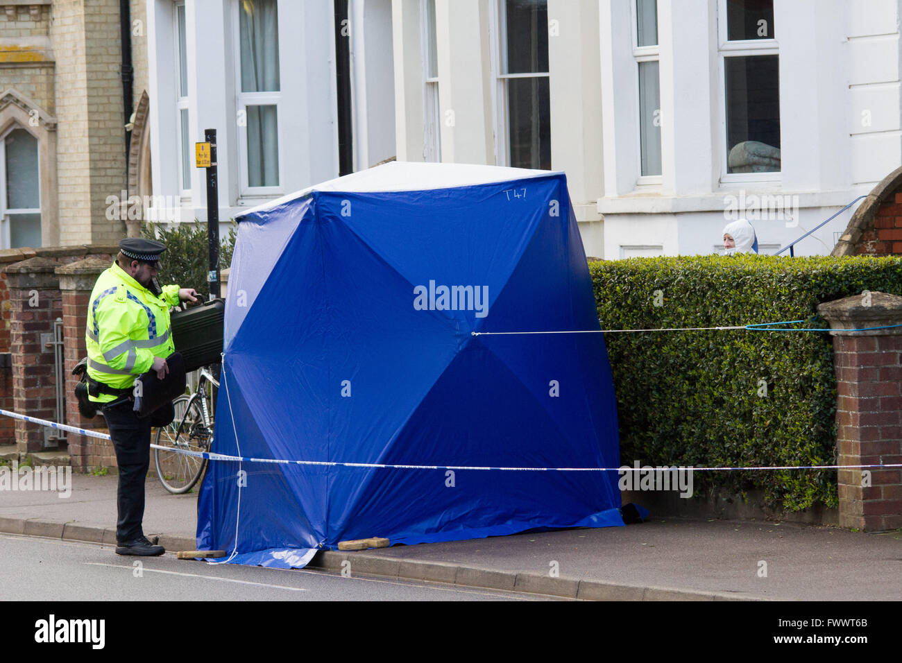 Oxford, UK. 7th April, 2016. Police forensic in Iffley Rd, Oxford after a body was found in a property. Credit: - Stock Image