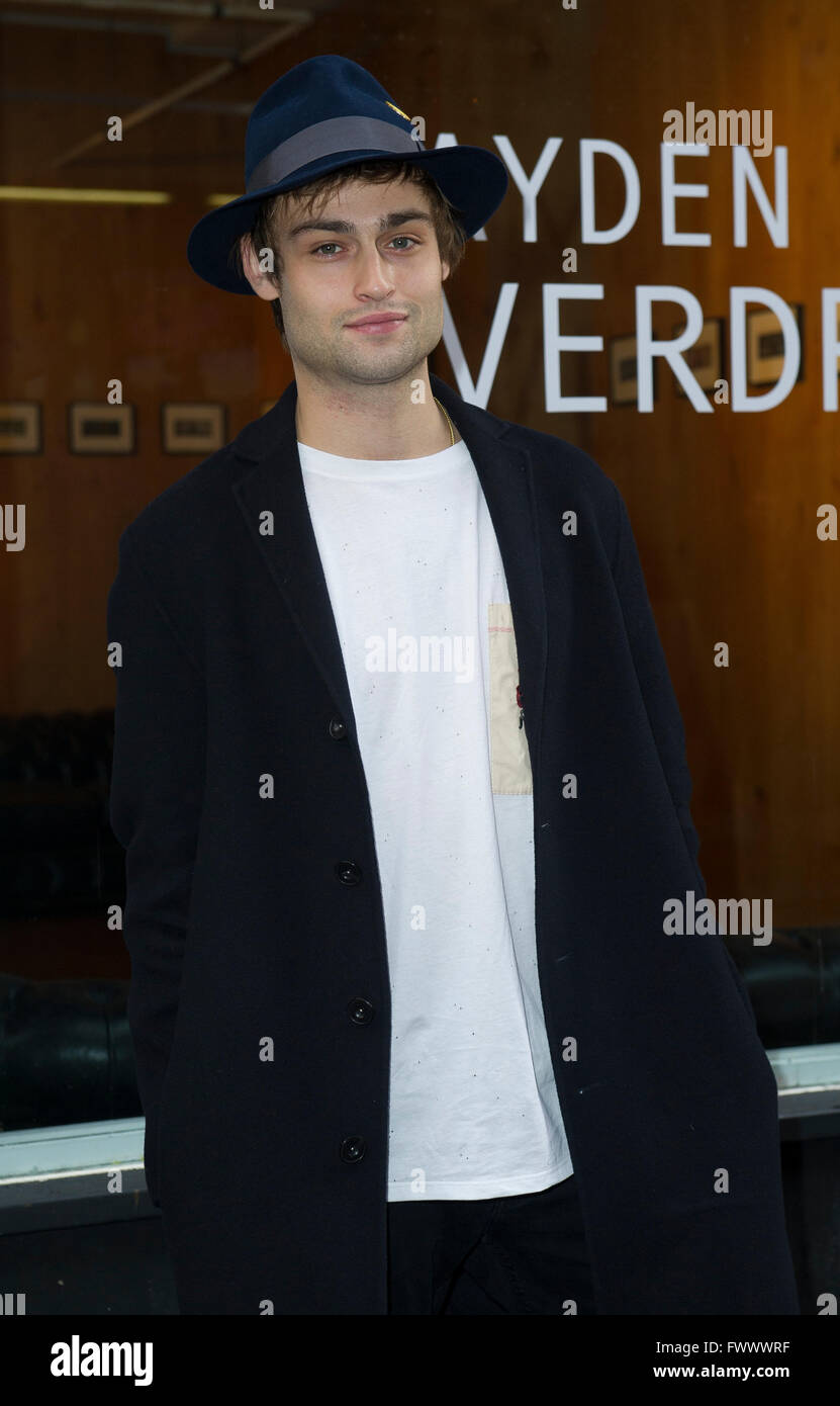London, UK. 7th April, 2016. Thursday 7th April London, Douglas Booth attends the opening of his first solo exhibition - Stock Image