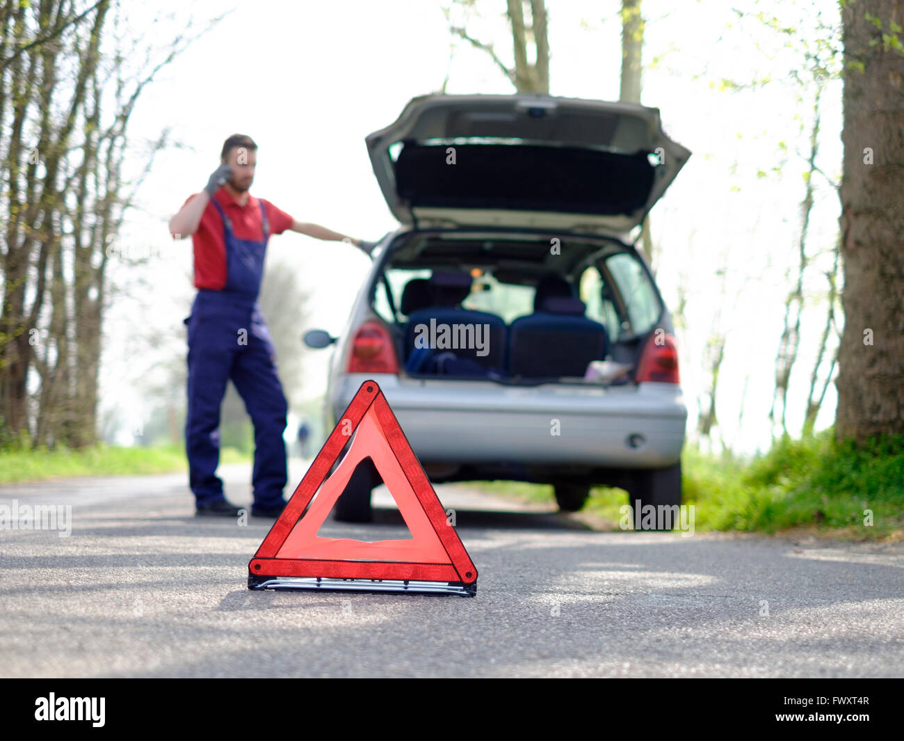 Vehicle breakdown red triangle road - Stock Image