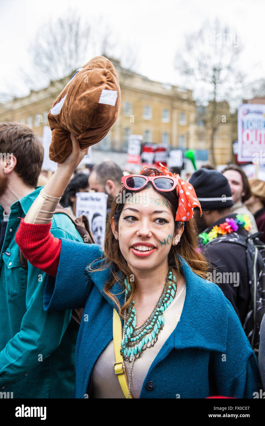 London, UK. 9th April, 2016. A protester outside Downing Street calls on David Cameron to 'close tax loopholes or - Stock Image