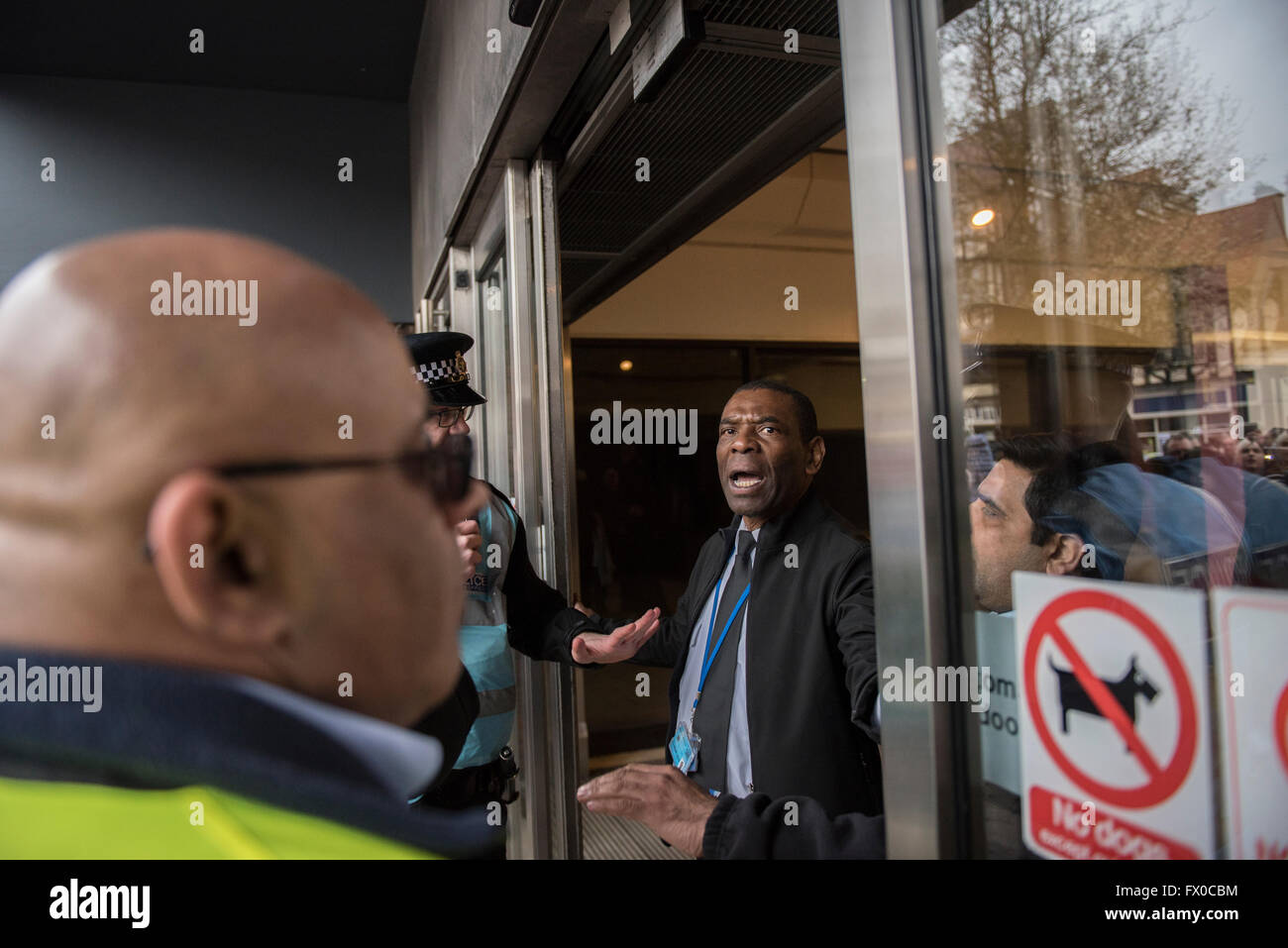 High Wycombe, Buckinghamshire, UK. 9th April 2016. A security guard is ordered to close a shopping mall entrance - Stock Image