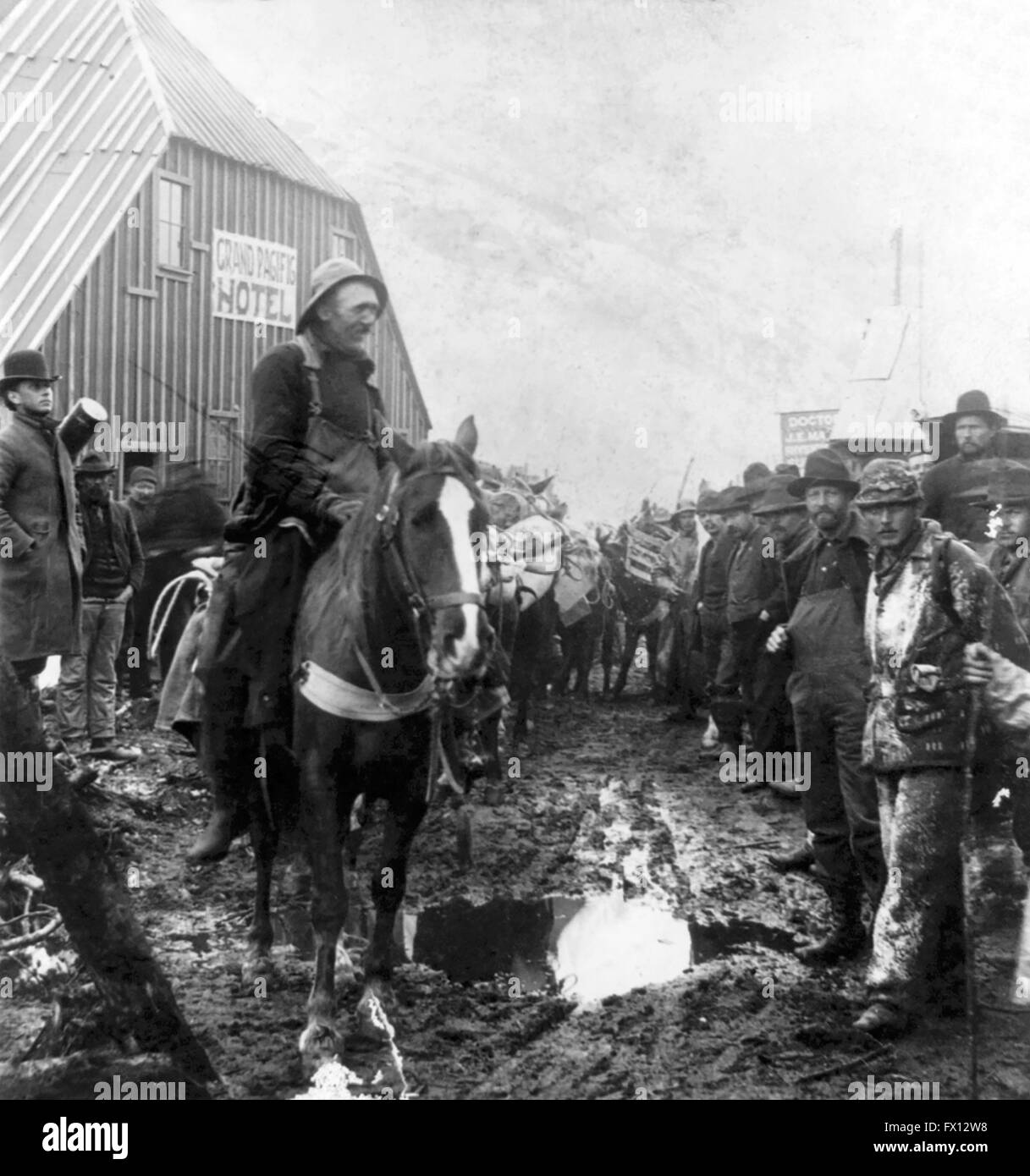 Klondike Gold Rush. Gold prospectors on the way to the Klondike, in front of the Grand Pacific Hotel at Sheep Camp, - Stock Image