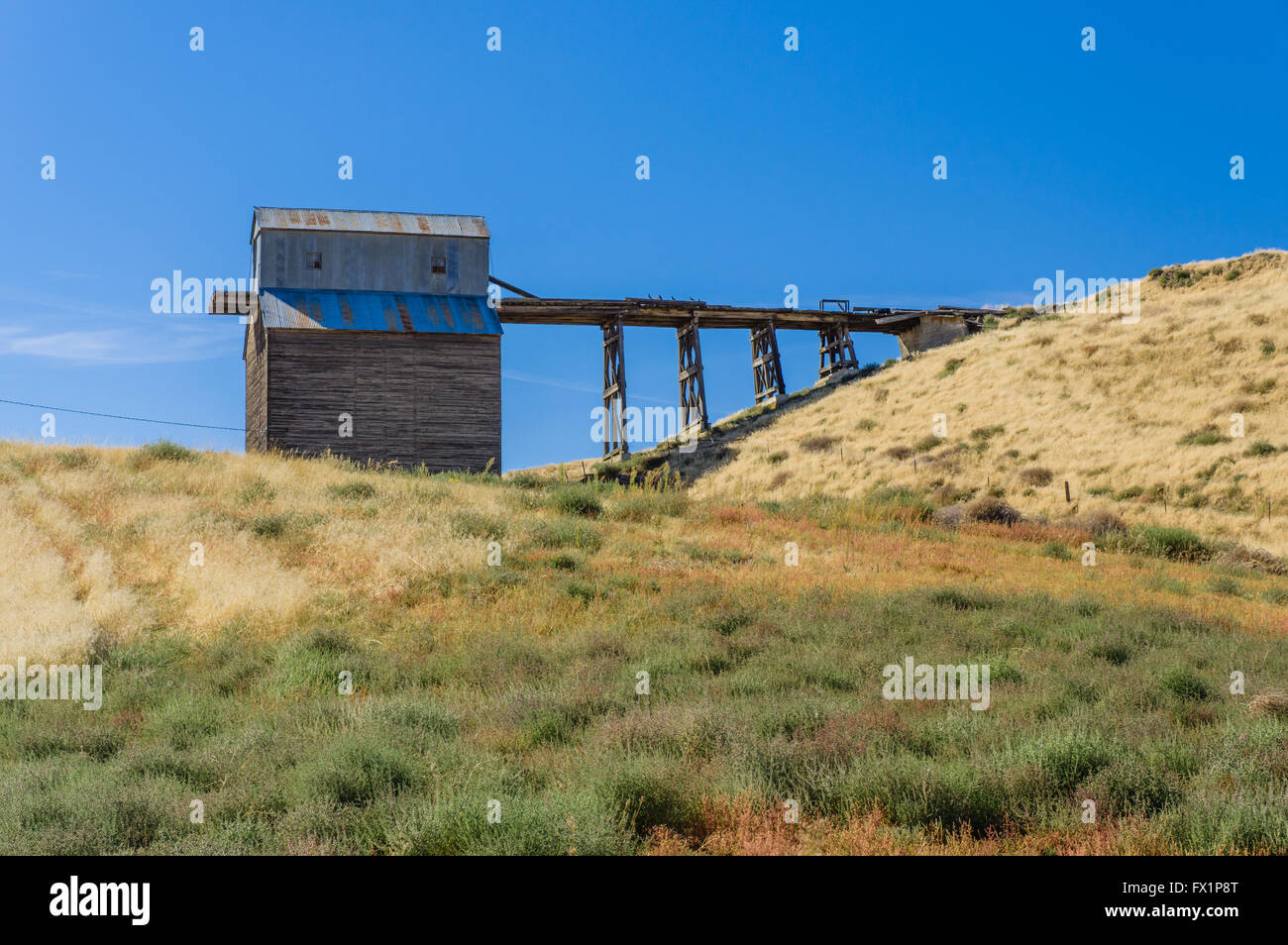 Agricultural building with second floor access ramp on a farm in Eastern Washington - Stock Image