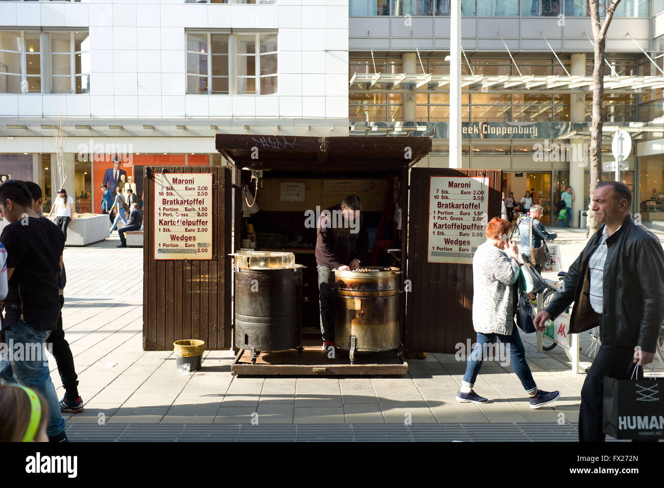 Failing to sell chestnuts on a hot day. Mariahilfer Strase Vienna - Stock Image