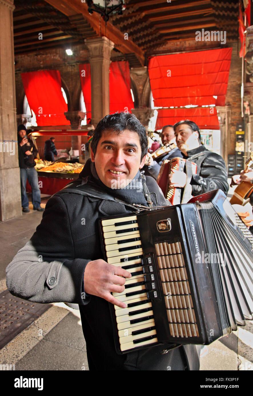 Street musician in  Mercato di Rialto, the traditional market close to the famous bridge, Sestiere di San Polo, - Stock Image