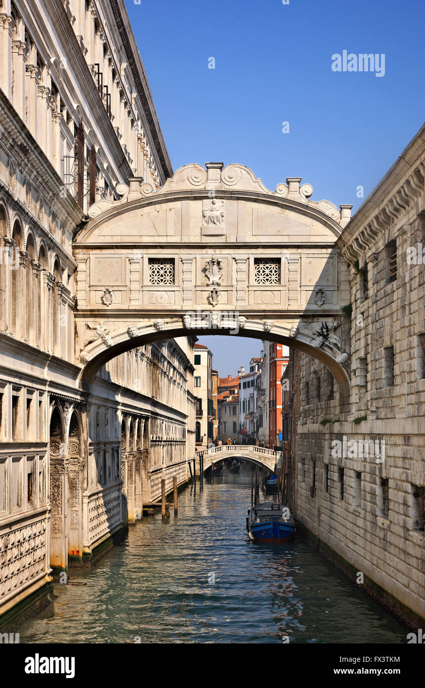 The 'Bridge of Sighs' (Ponte dei Sospiri) connecting the Palazzo Ducale with the New Prison. Venice, Italy. - Stock Image
