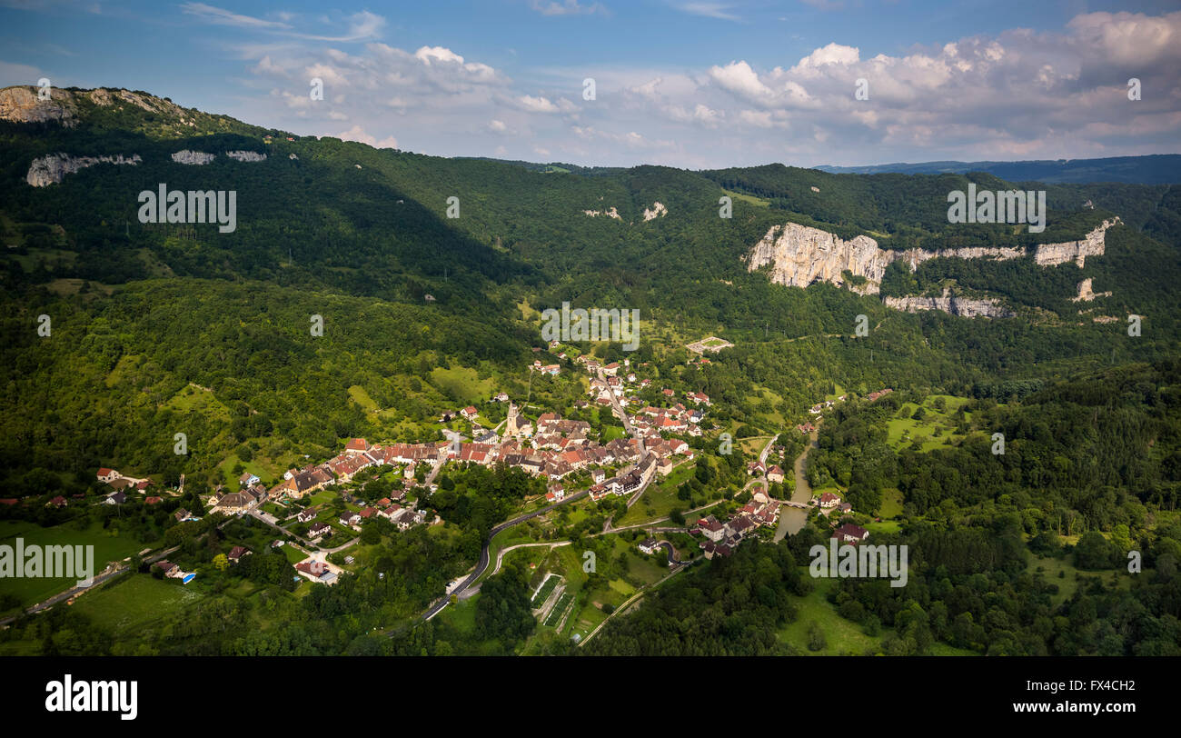 Aerial view, Mouthier-Haute-Pierre, the Loue valley, limestone walls, Roche de Hautepierre, Jura, France, Franche - Stock Image