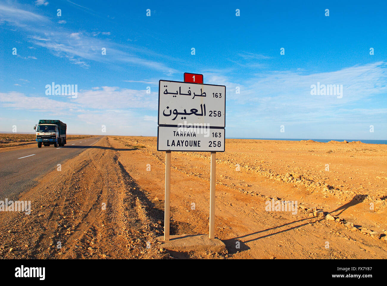 Maroc. Grand Sud. Route de Laayoune. Ancien Sahara espagnol. // Morocco. South Morocco. Road to Laayoune. Former - Stock Image