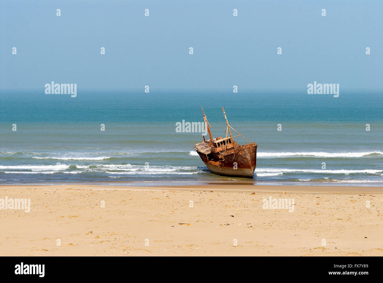 Maroc. Grand Sud. Route de Laayoune. Cote Atlantique. Epave de bateau. Ancien Sahara espagnol. // Morocco. South - Stock Image