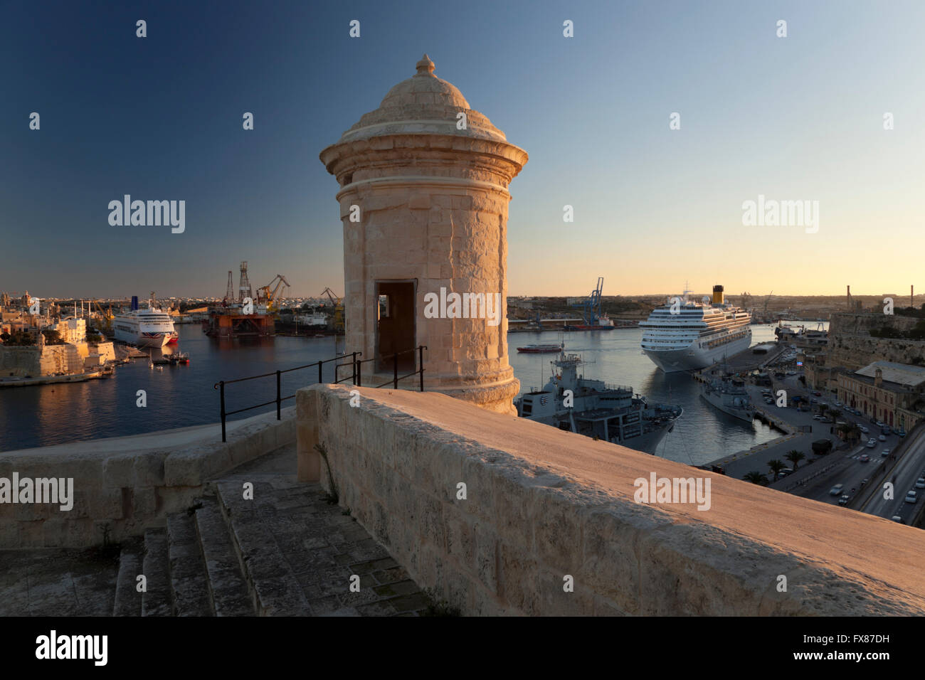 The sentry post at Valletta's landfront fortifications and the Grand Harbour in the background. - Stock Image
