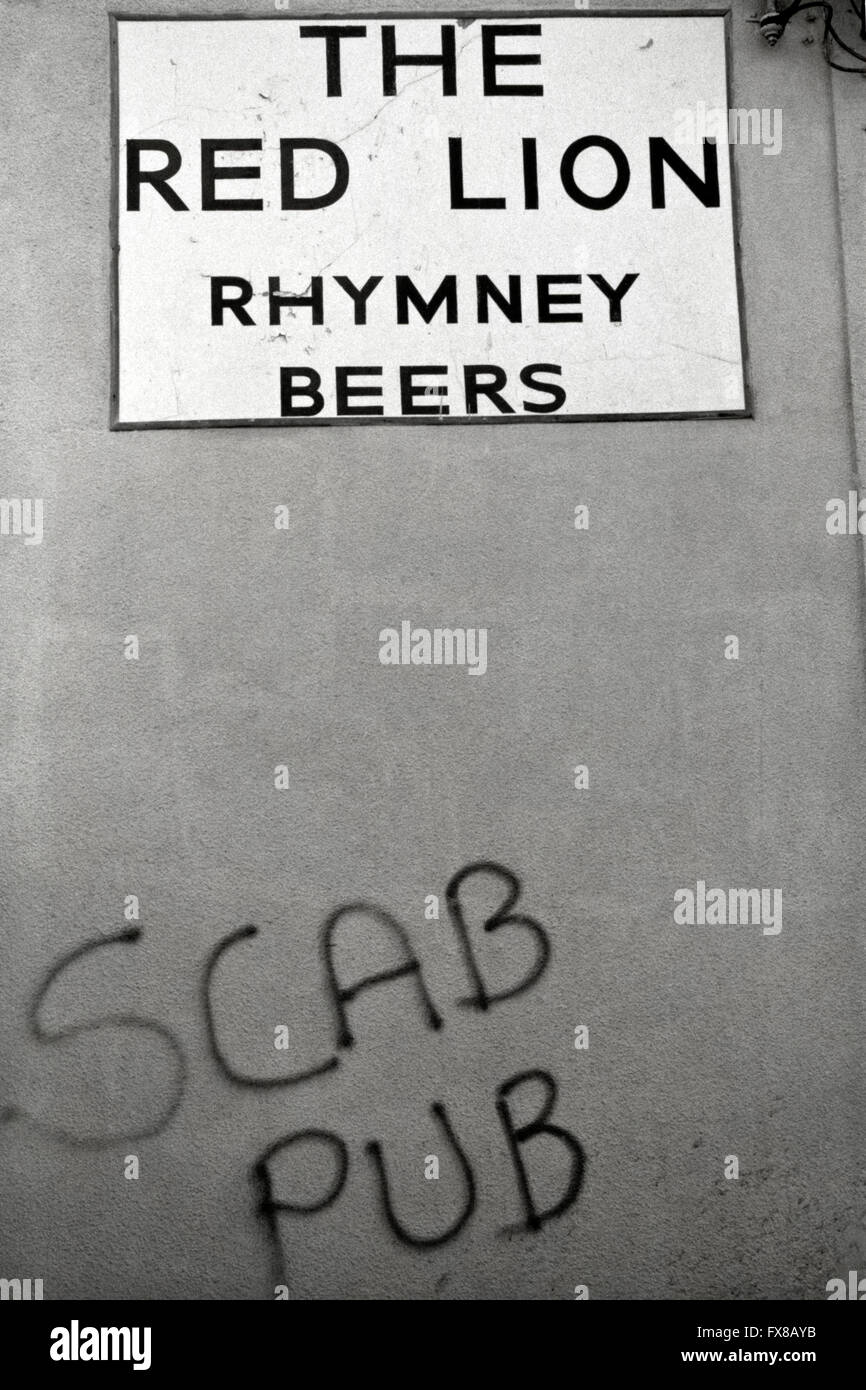 Archive image from 1980s. Graffiti of the Miners Strike 1984 - 1985 'Scab Pub' The Red Lion, Newbridge, - Stock Image