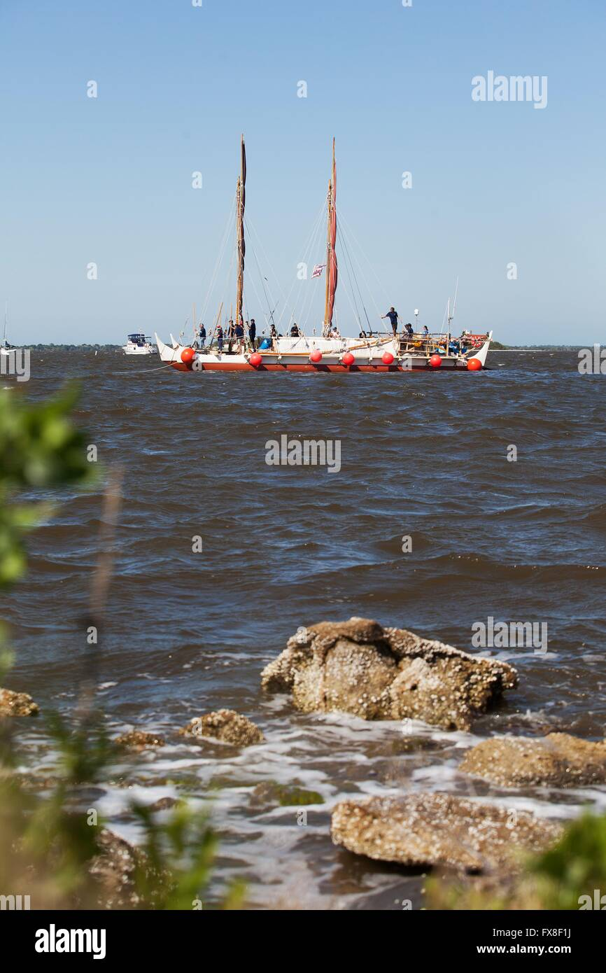The Polynesian traditional voyaging canoe Hokulea sails the Indian River before stoping to honor Hawaiian astronauts - Stock Image