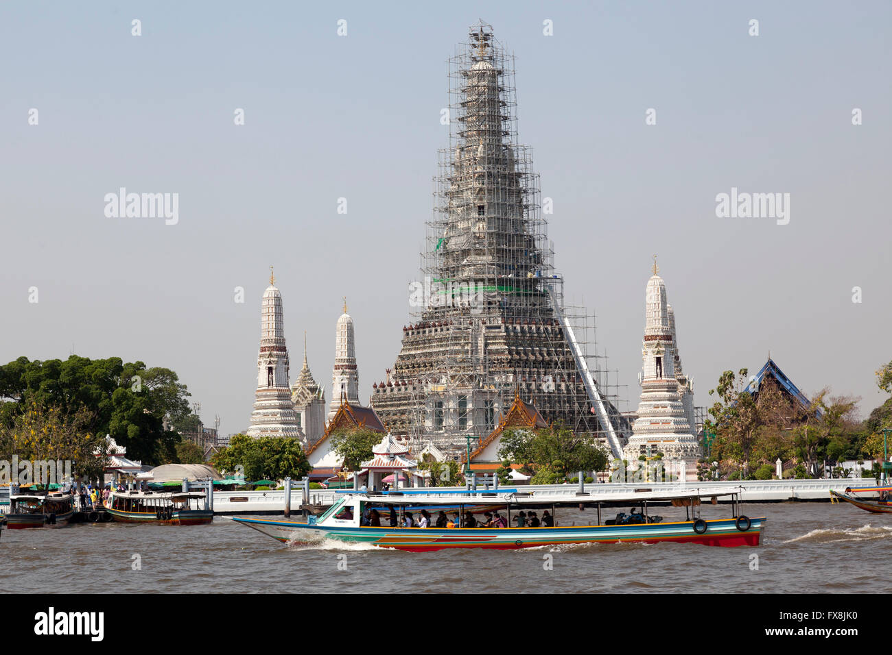 The remarkable metallic scaffolding surrounding with the prang (269 ft in height) of the Wat Arun, at Bangkok (Thailand). - Stock Image