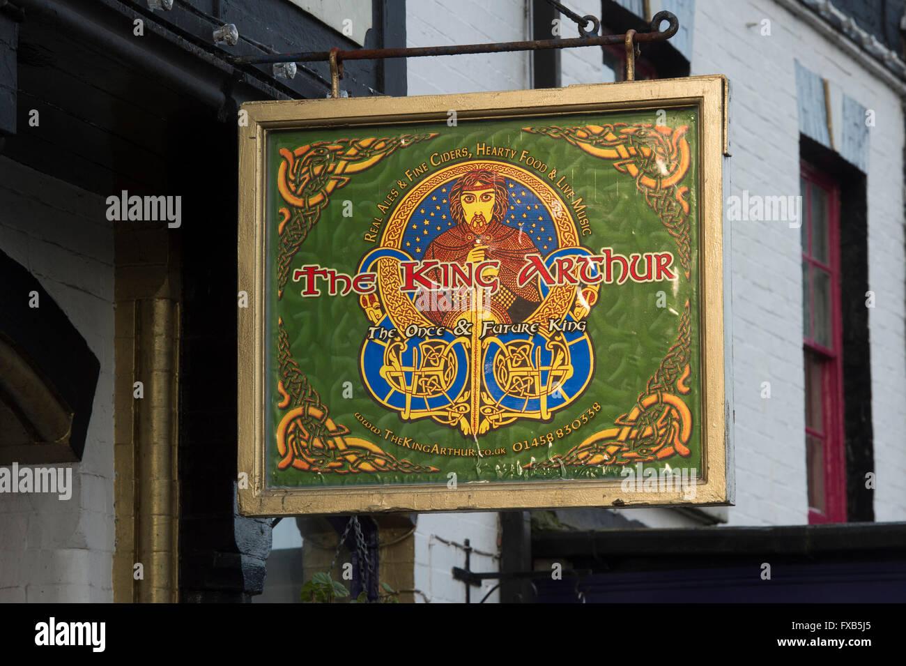 The King Arthur pub sign. Glastonbury, Somerset, England - Stock Image