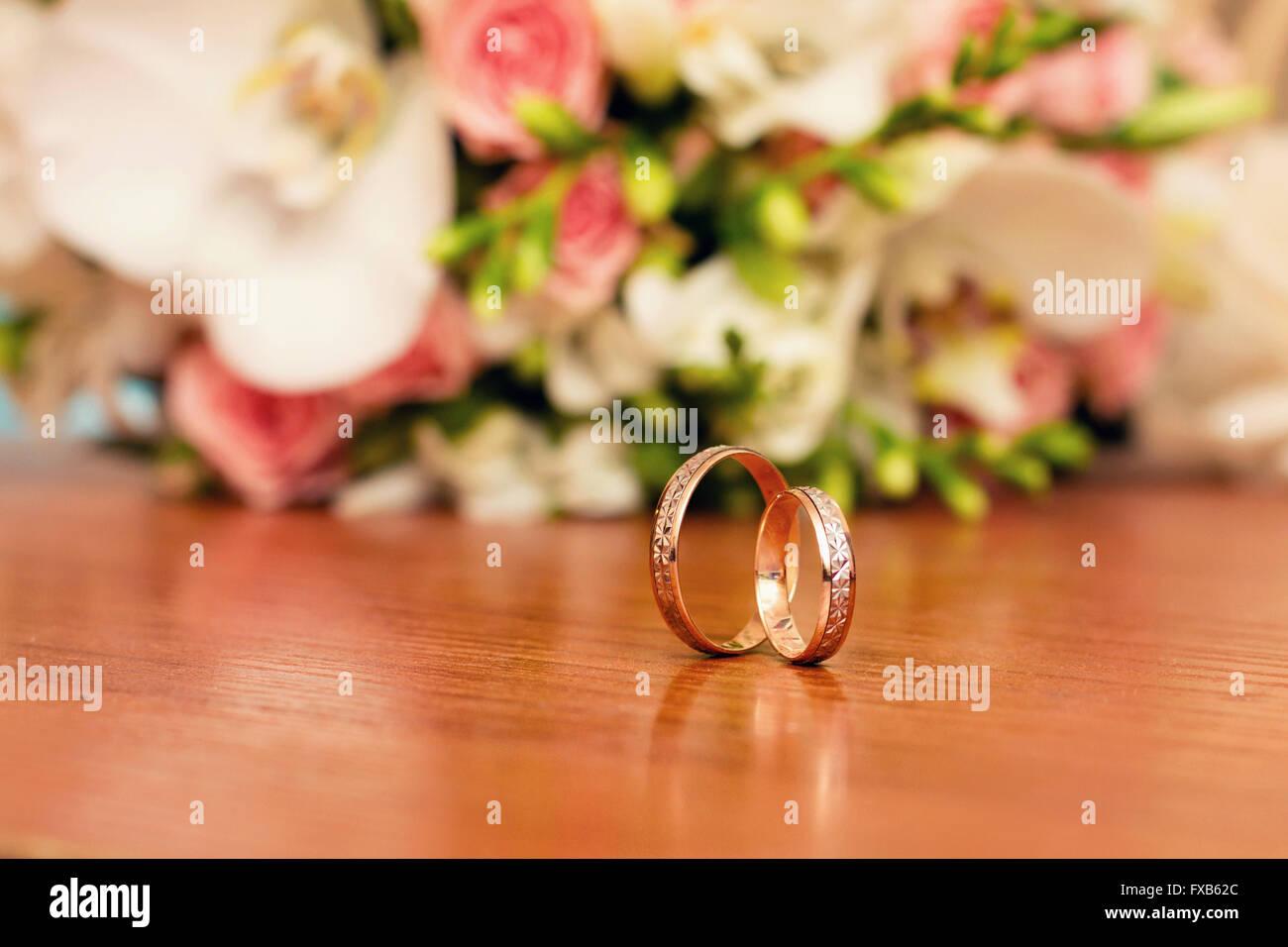 wedding ring against flower background - Stock Image