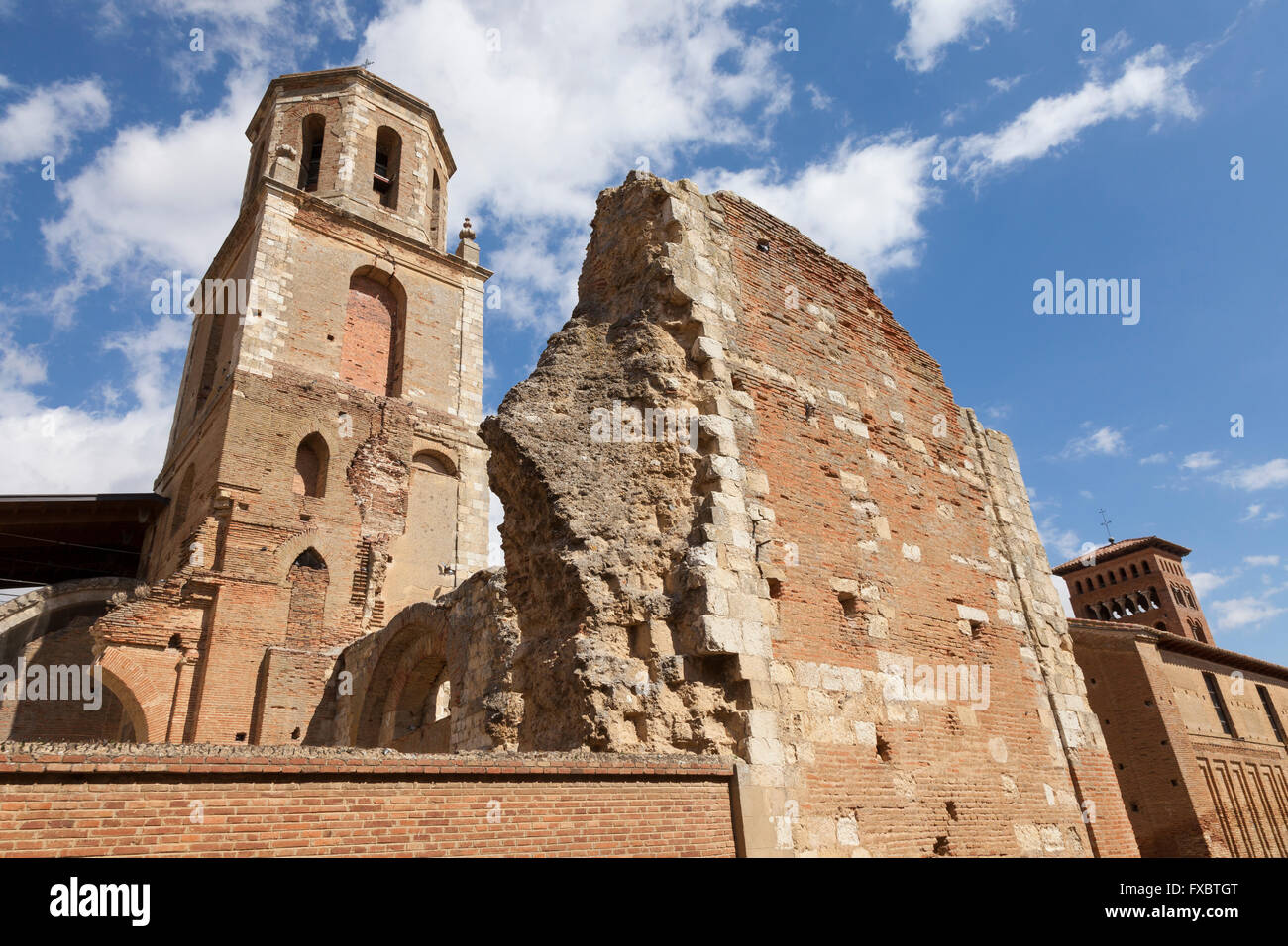 Sahagún, Spain: Bell tower of the Monastery of San Benito and the ruins of the Monastery of San Facundo and - Stock Image