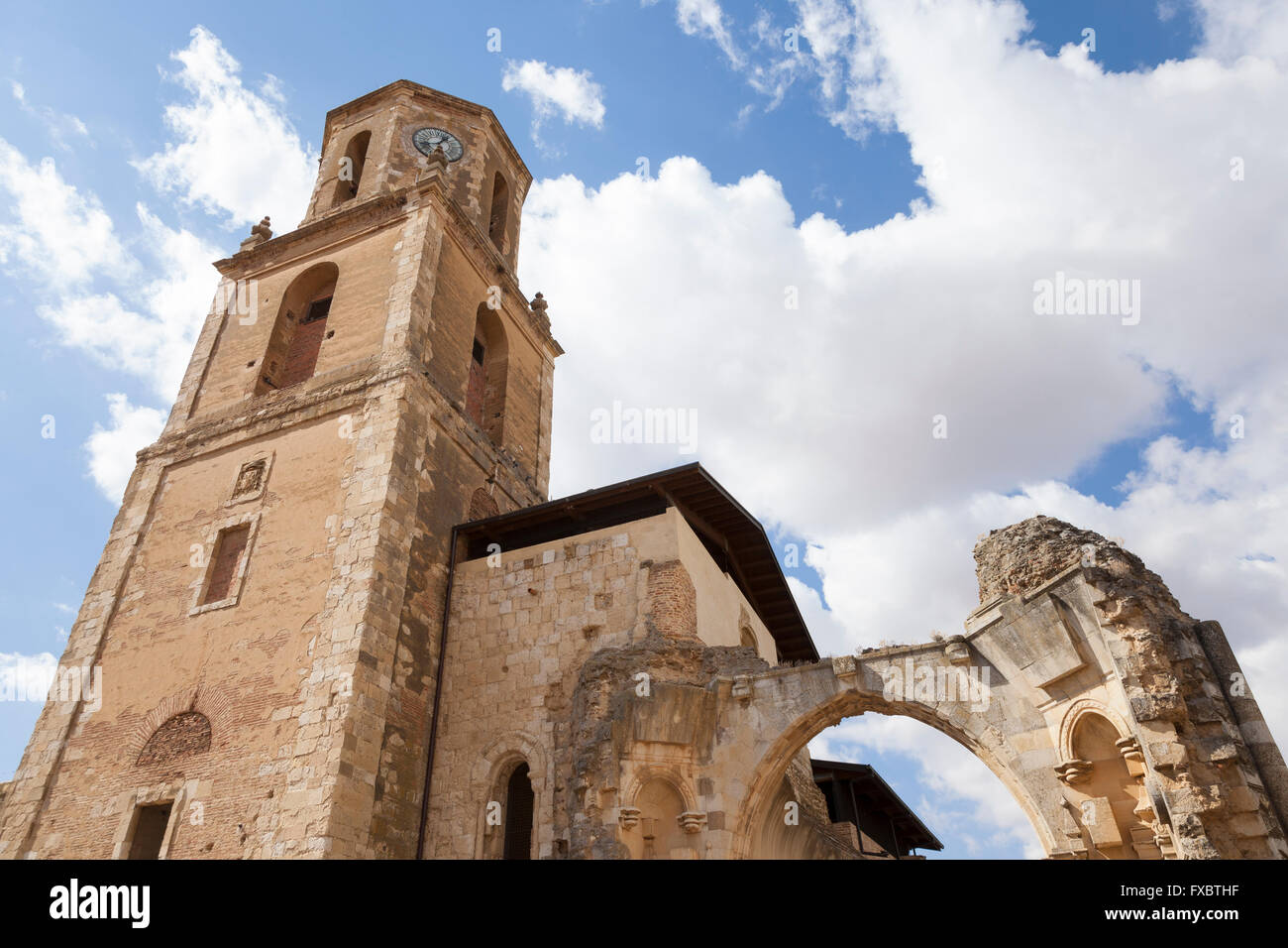 Sahagún, Spain: Ruined arch of the Monastery of San Facundo and San Primitivo against the bell tower of the - Stock Image
