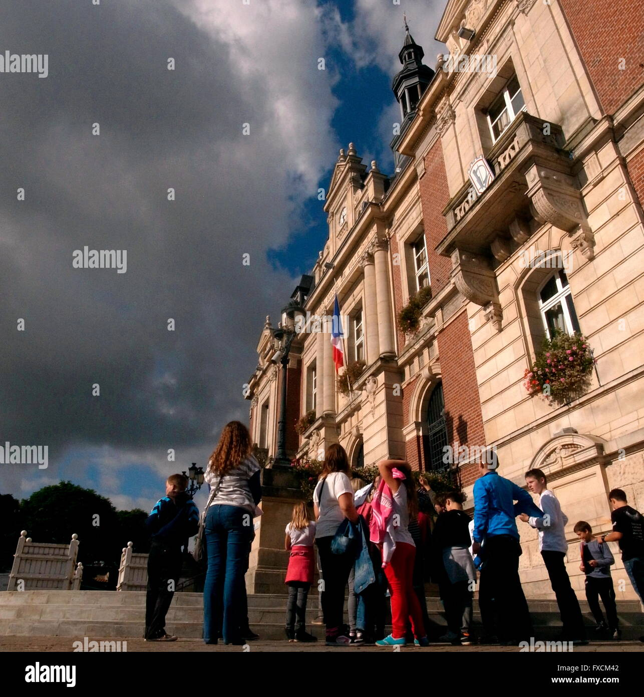 AJAXNETPHOTO. 2014. DOULLENS, FRANCE. - WW1 ARMY H.Q. - A PARTY OF SCHOOLCHILDREN VISIT THE TOWN'S HOTEL DE - Stock Image