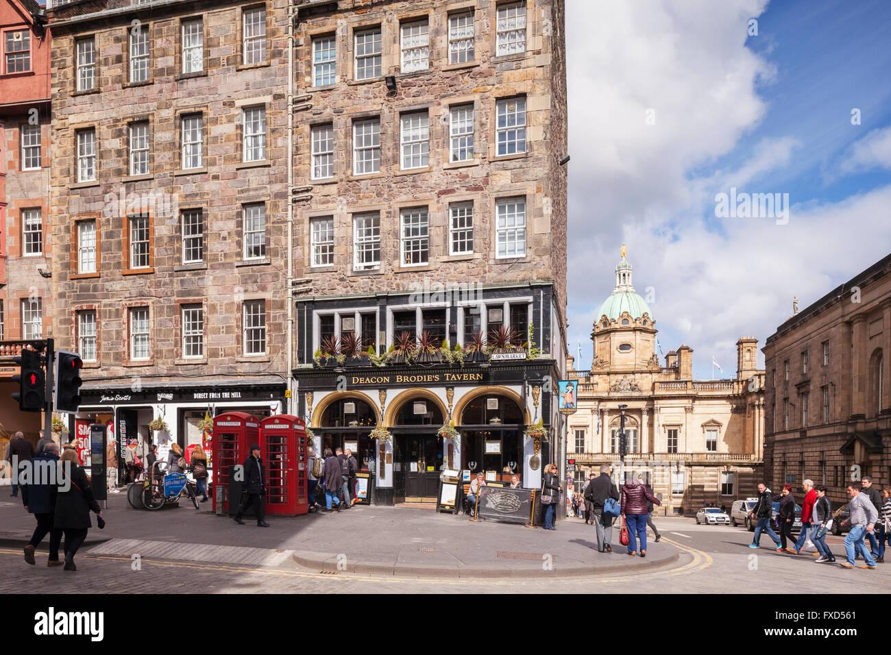 Street scene in the Royal Mile, Edinburgh, with Deacon Brodie's Tavern, Scotland, UK - Stock Image