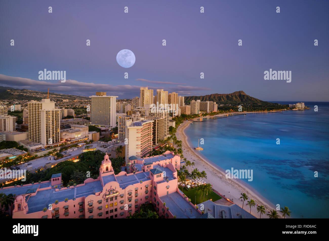 USA, Hawaii, Oahu, Honolulu, Waikiki, moon over the beach (m) - Stock Image