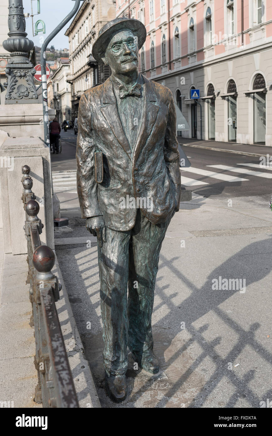 Bronze statue of writer James Joyce on the Grand Canal, Via Roma, Trieste, Friuli-Venezia Giulia, Italy - Stock Image