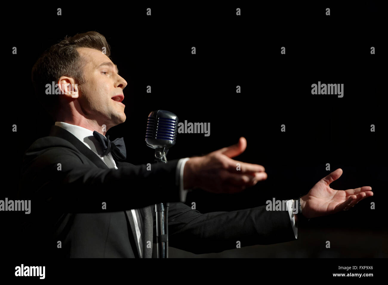 David Campbell sings a medley of songs during the cast