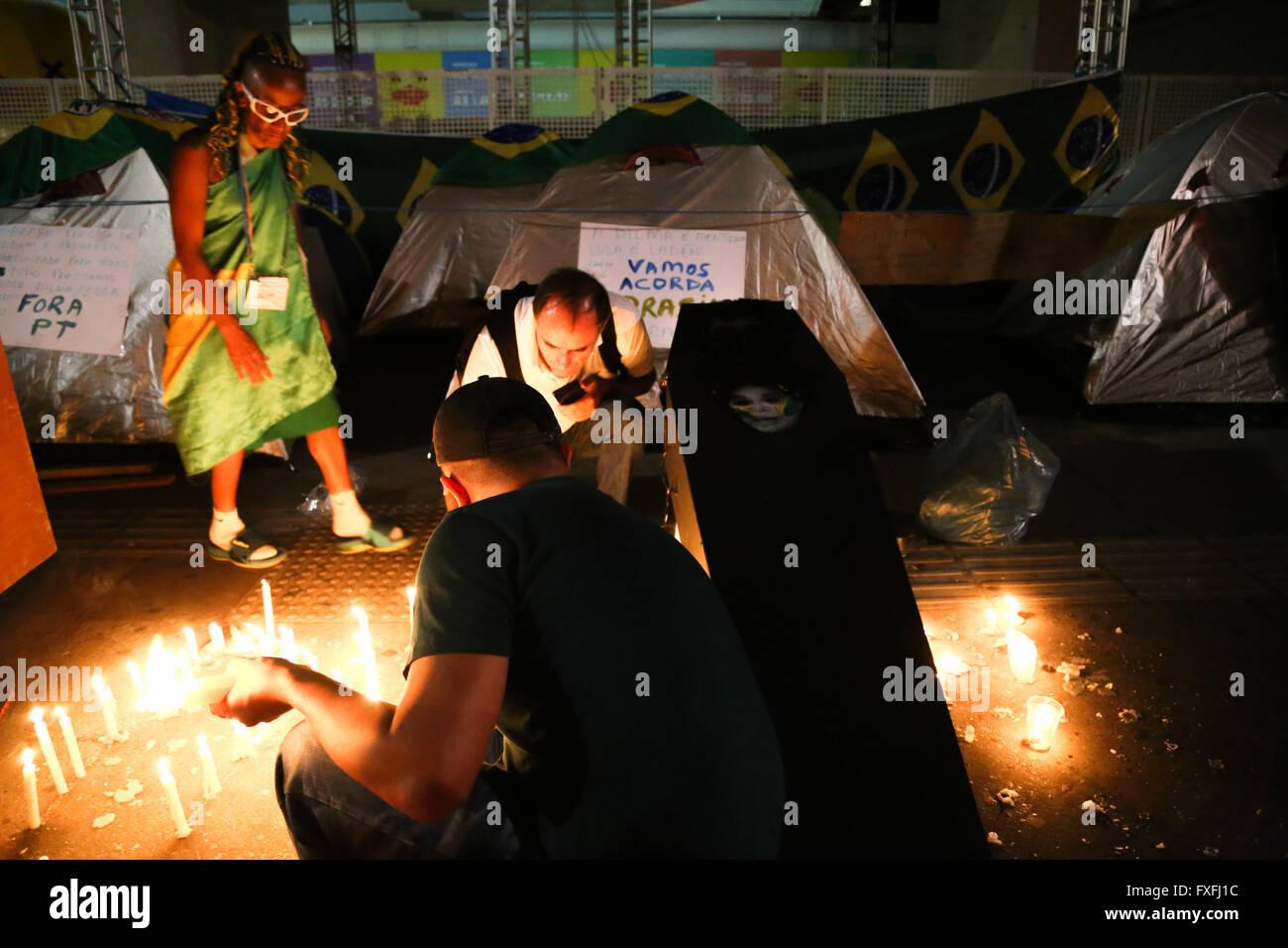 Sao Paulo, Brazil. 14th April, 2016. PRO-impeachment VIGIL - Protesters Pro-Impeachment held for the second consecutive Stock Photo