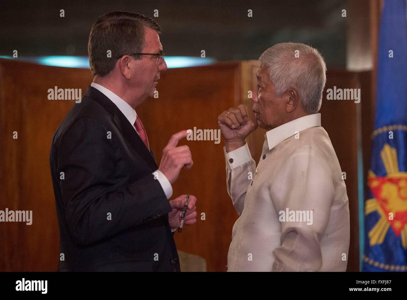 Manila, Philippines. 14th April, 2016. U.S Secretary of Defense Ash Carter speaks with Philippine Secretary of National Stock Photo