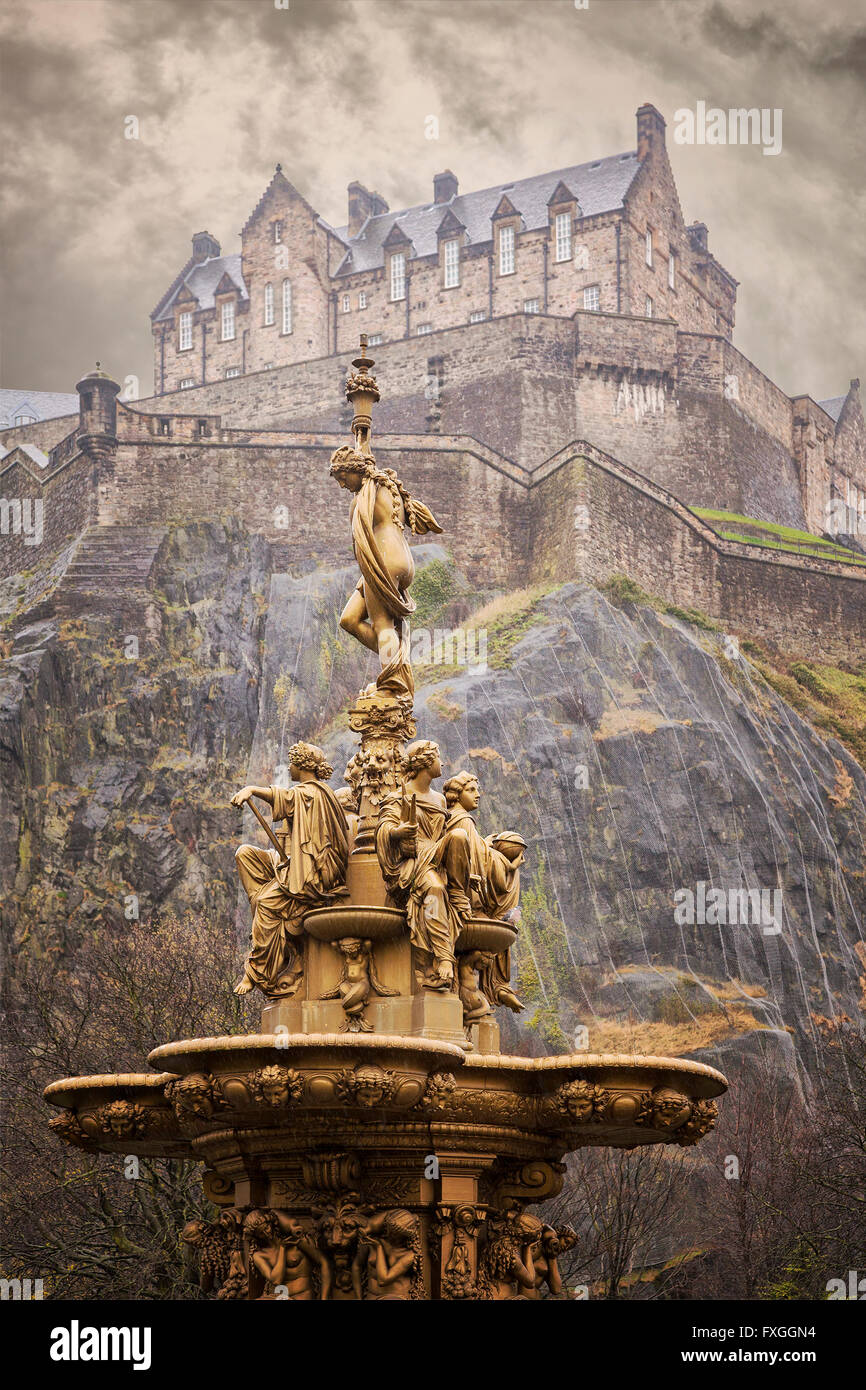 Image of a gold fountain in Princess Street gardens, Edinburgh. Above is Edinburgh castle. - Stock Image